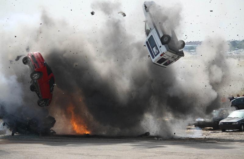 自動車が爆破